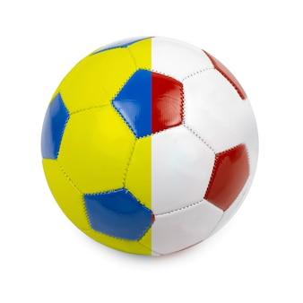 Voetbal gekleurd door de vlag van polen en oekraïne op wit