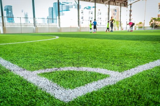 Voetbal hoek witte lijn op groen artefact gras van binnen voetbalveld.