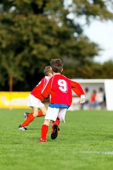 Voetbal kinderen spelen