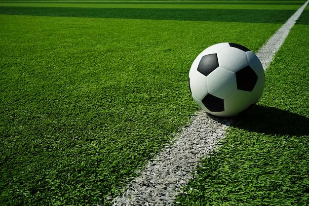 Voetbal met groen gras