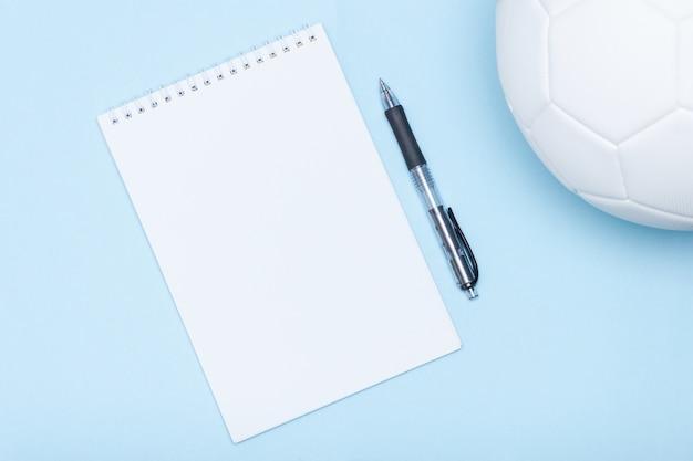 Voetbal naast notitieboekje