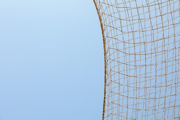 Voetbal netto tegen blauwe hemelachtergrond, ruimte voor tekst