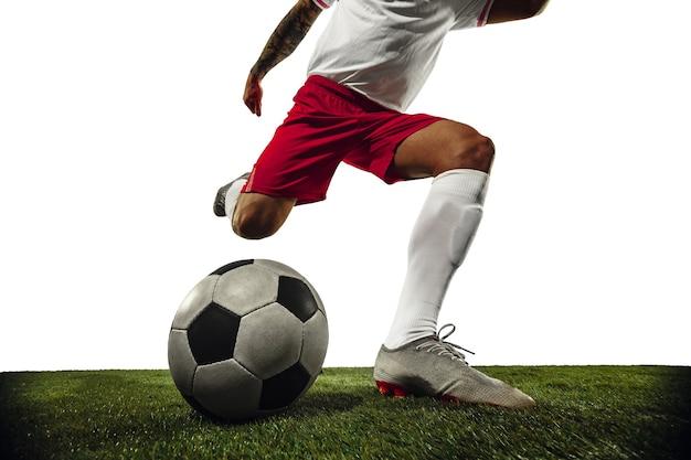 Voetbal of voetballer op witte achtergrond beweging actie activiteit concept Gratis Foto