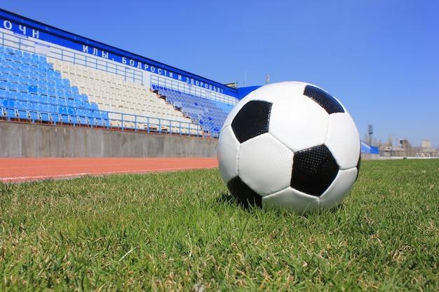 Voetbal op een grasgazon van sportstadion