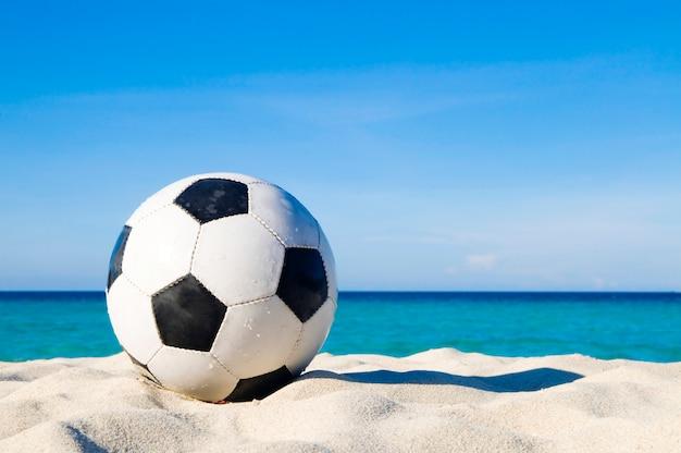 Voetbal op een strand
