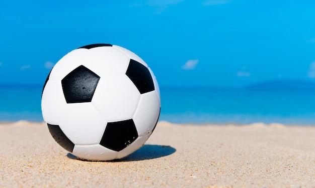 Voetbal op het strand.