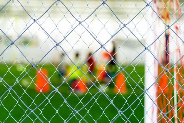 Voetbal opleidings netto onduidelijk beeld op opleidingsgrond met kinderen