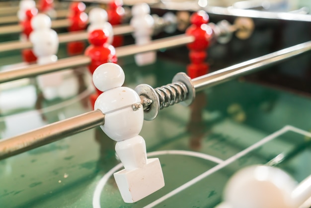 Voetbal tafel spel met rode en witte speler.