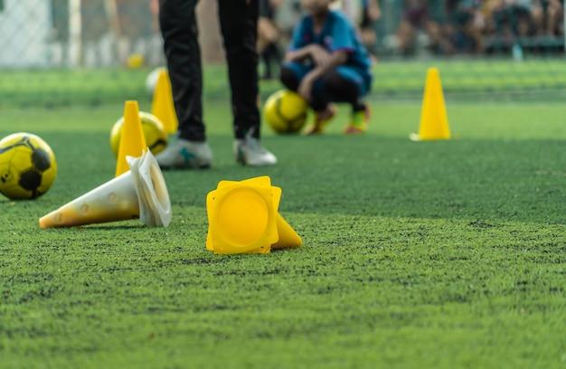 Voetbal trainingsapparatuur met coach en speler training op voetbalveld