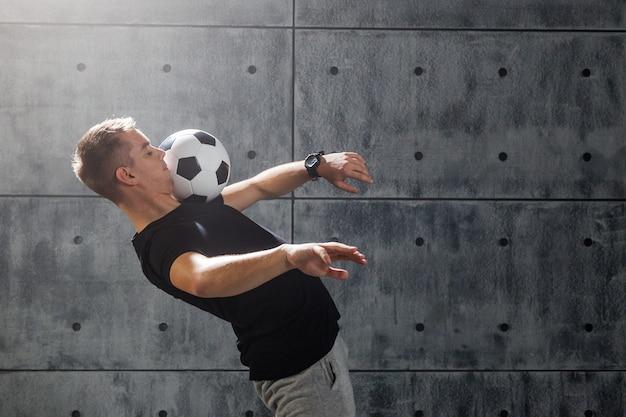 Voetbal vrije slag. jonge man oefent met voetbal