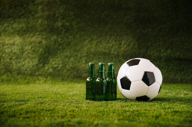 Voetbalachtergrond met bier en bal