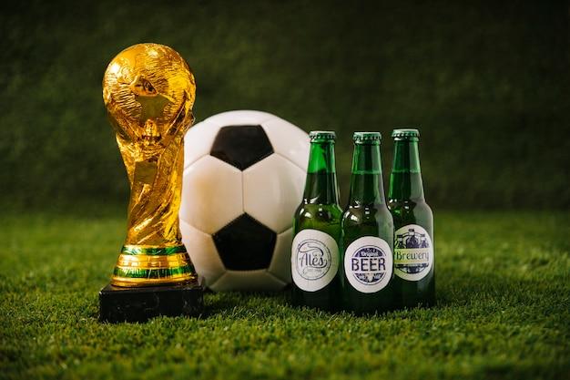 Voetbalachtergrond met bier en trofee