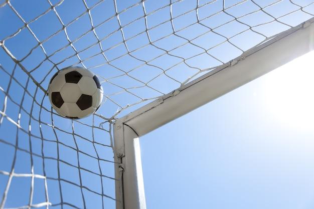 Voetbalbal in het net van een doel. voetbal concept