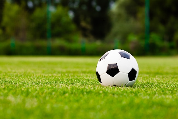 Voetbalbal op een groen grasclose-up. concept - voetbal passie