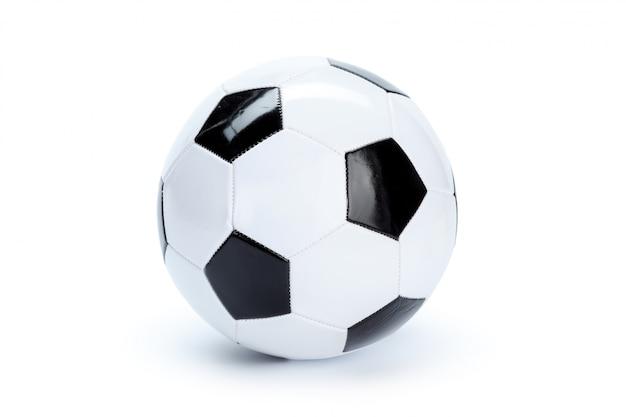 Voetbalbal op wit wordt geïsoleerd dat