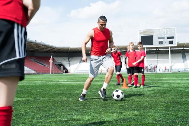 Voetbalcoach lesgeven door voorbeeld