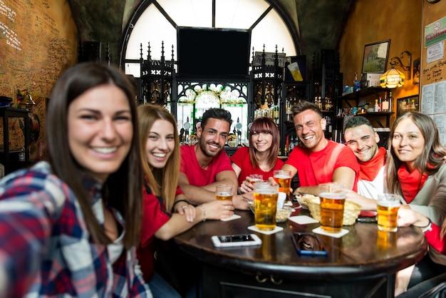 Voetbalfans in een pub