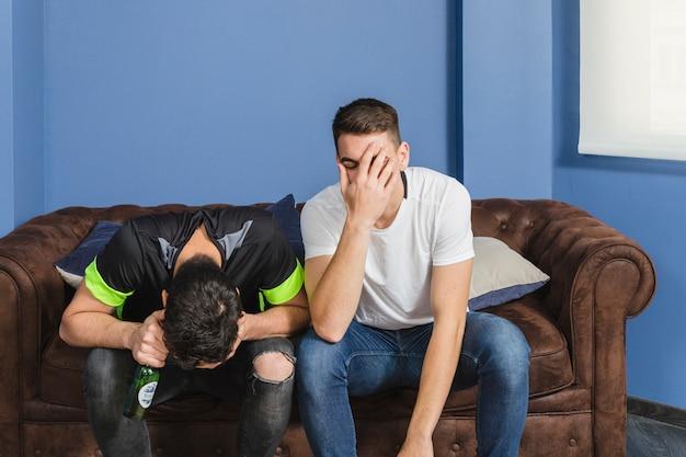 Voetbalfans in ongeloof in de woonkamer