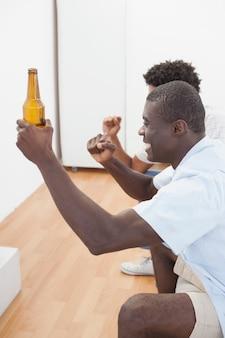 Voetbalfans juichen voor tv