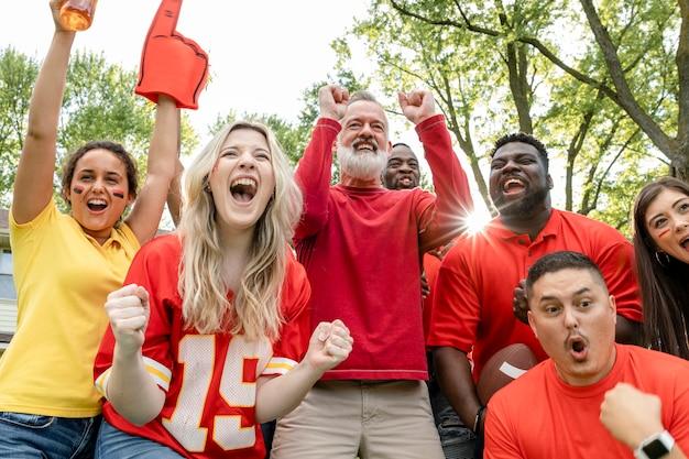 Voetbalfans vieren de overwinning van hun team op een achterklepfeestje