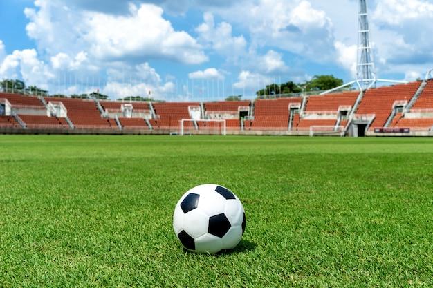Voetbalgebied, voetbalgebied, groene grastextuur als achtergrond op het atletische stadion