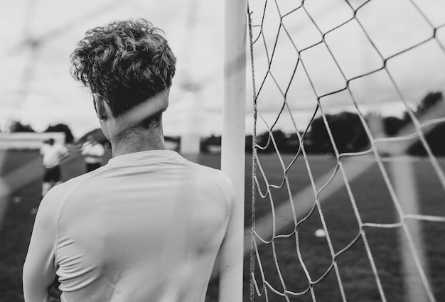 Voetbalkeeper wacht op het begin van de wedstrijd