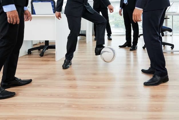 Voetballen met collega's