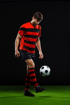 Voetballer bal schoppen