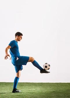 Voetballer balanceren bal