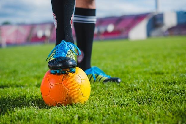 Voetballer met voet op de bal
