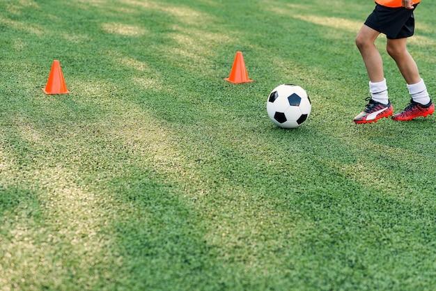 Voetballer schoppen bal op veld.