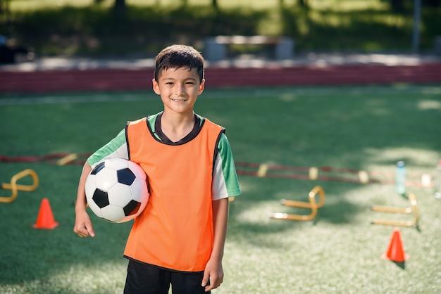 Voetballer training met bal