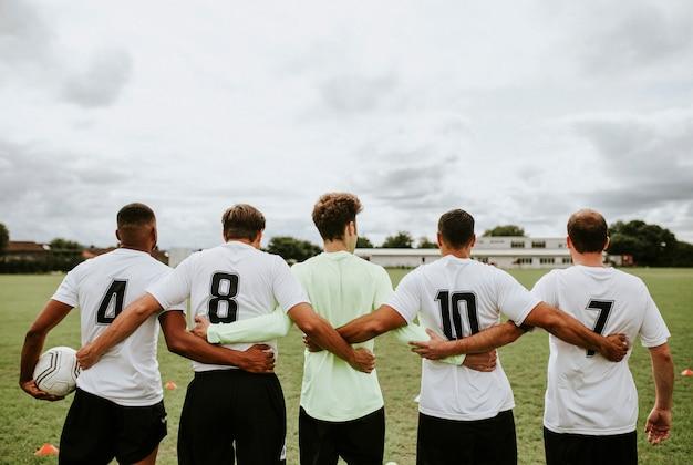 Voetballers die zich zij aan zij verenigen