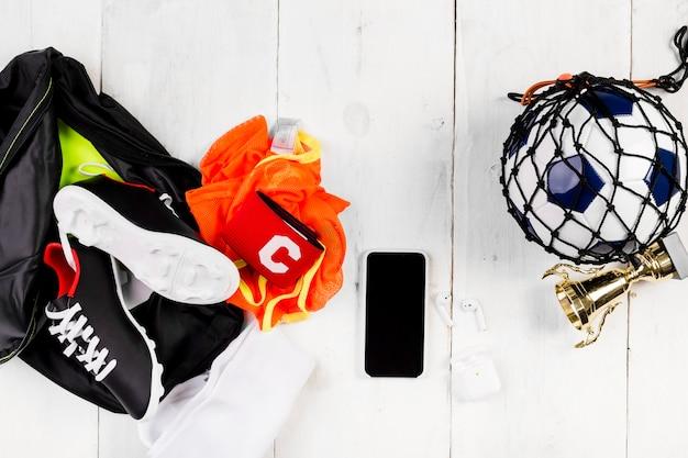 Voetbalsamenstelling met bal in net en zak