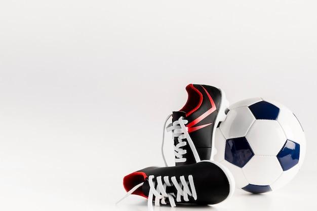 Voetbalsamenstelling met schoenen en bal