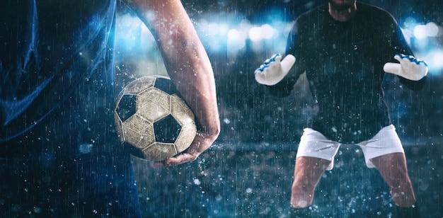 Voetbalscène bij nachtgelijke met dichte omhooggaand van een voetbalspeler die de bal houdt