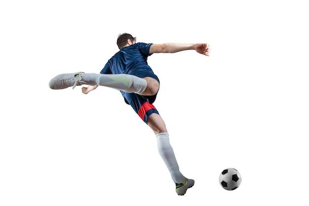 Voetbalscène bij nachtgelijke met speler die de bal met macht schopt. geïsoleerd op witte achtergrond
