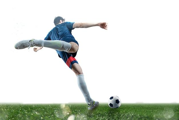 Voetbalscène bij nachtgelijke met speler die de bal met macht schopt