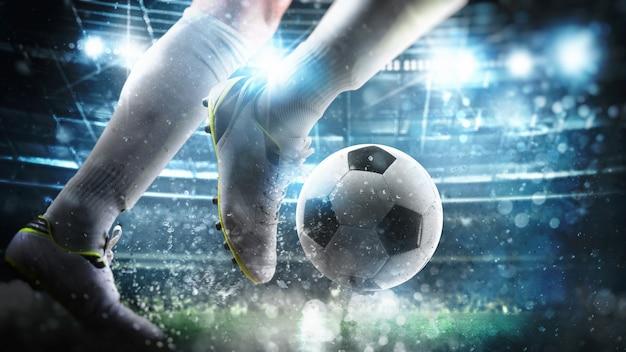 Voetbalscène bij nachtwedstrijd met close-up van een voetballer die loopt om de bal in het stadion te schoppen