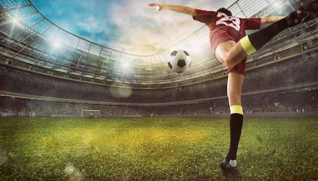 Voetbalscène in het stadion met close-up van een voetbalschoen die tegen de bal schopt