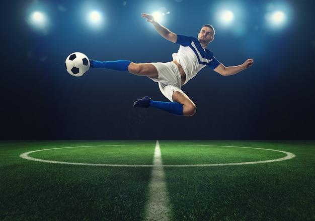 Voetbalscène met een speler die de bal tijdens de vlucht in het stadion schopt