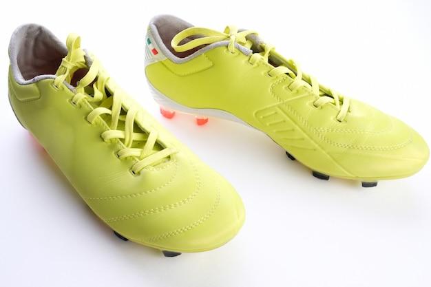 Voetbalschoenen op de vloer. het concept van een actieve levensstijl. sport.