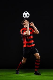 Voetbalspeler bal schoppen