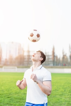 Voetbalspeler die baloverheadkosten werpt