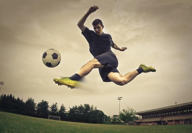 Voetbalspeler die een bal schopt