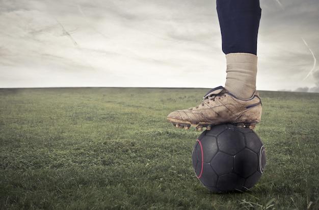 Voetbalspeler met een bal