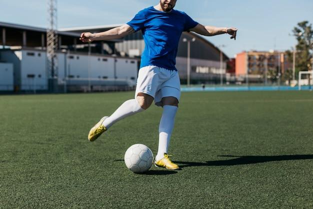 Voetbalspeler schieten