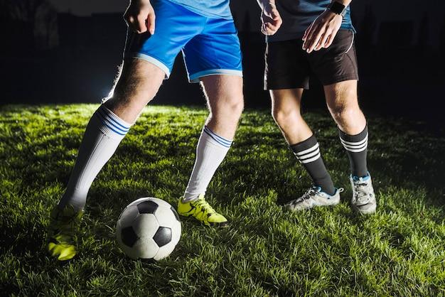 Voetbalspelers die voor bal vechten