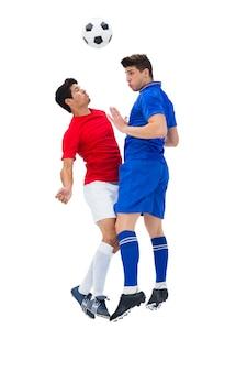 Voetbalspelers die voor de bal aanpakken