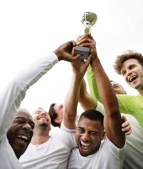 Voetbalspelersteam die hun overwinning vieren